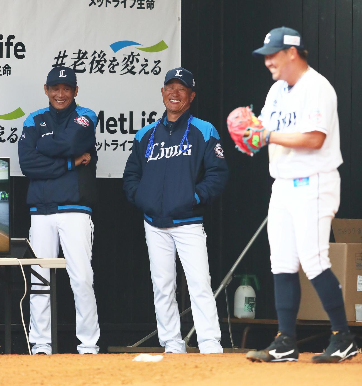 ブルペンの西武松坂(右)に笑顔で声をかける辻監督(中央)と西口コーチ(撮影・足立雅史)