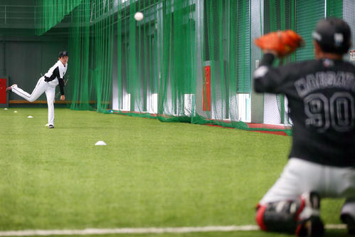 ロッテ対広島 試合前、室内練習場で捕手を座らせて投球練習するロッテ佐々木朗(撮影・垰建太)