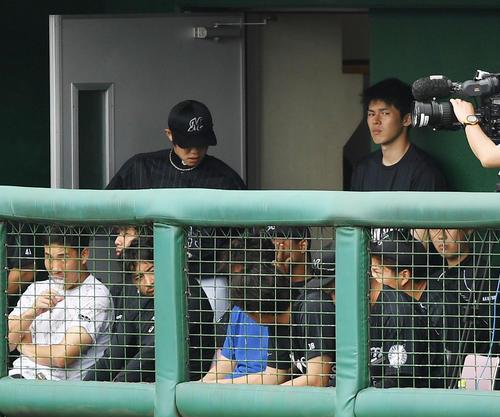 練習試合 広島対ロッテ ベンチ横から試合を見学するロッテ佐々木朗(右)(撮影・横山健太)