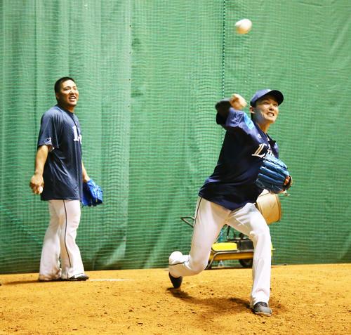 ブルペンで投球を披露する西武の源田(右)と山川(撮影・足立雅史)