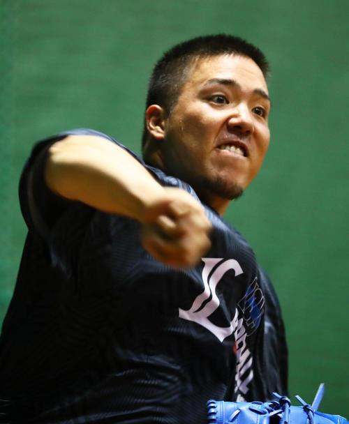 ブルペンで投球を披露する西武山川(撮影・足立雅史)