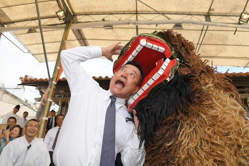 沖宮への参拝後、獅子舞に頭を噛まれる巨人原監督(撮影・加藤諒)