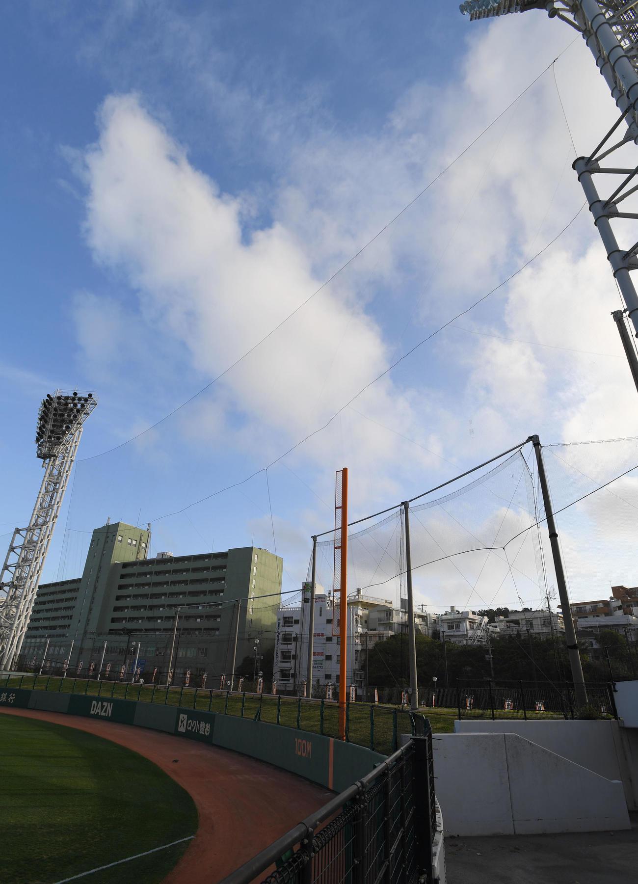 打球が球場外に飛び出さないよう増設された右翼側ネット(撮影・加藤諒)