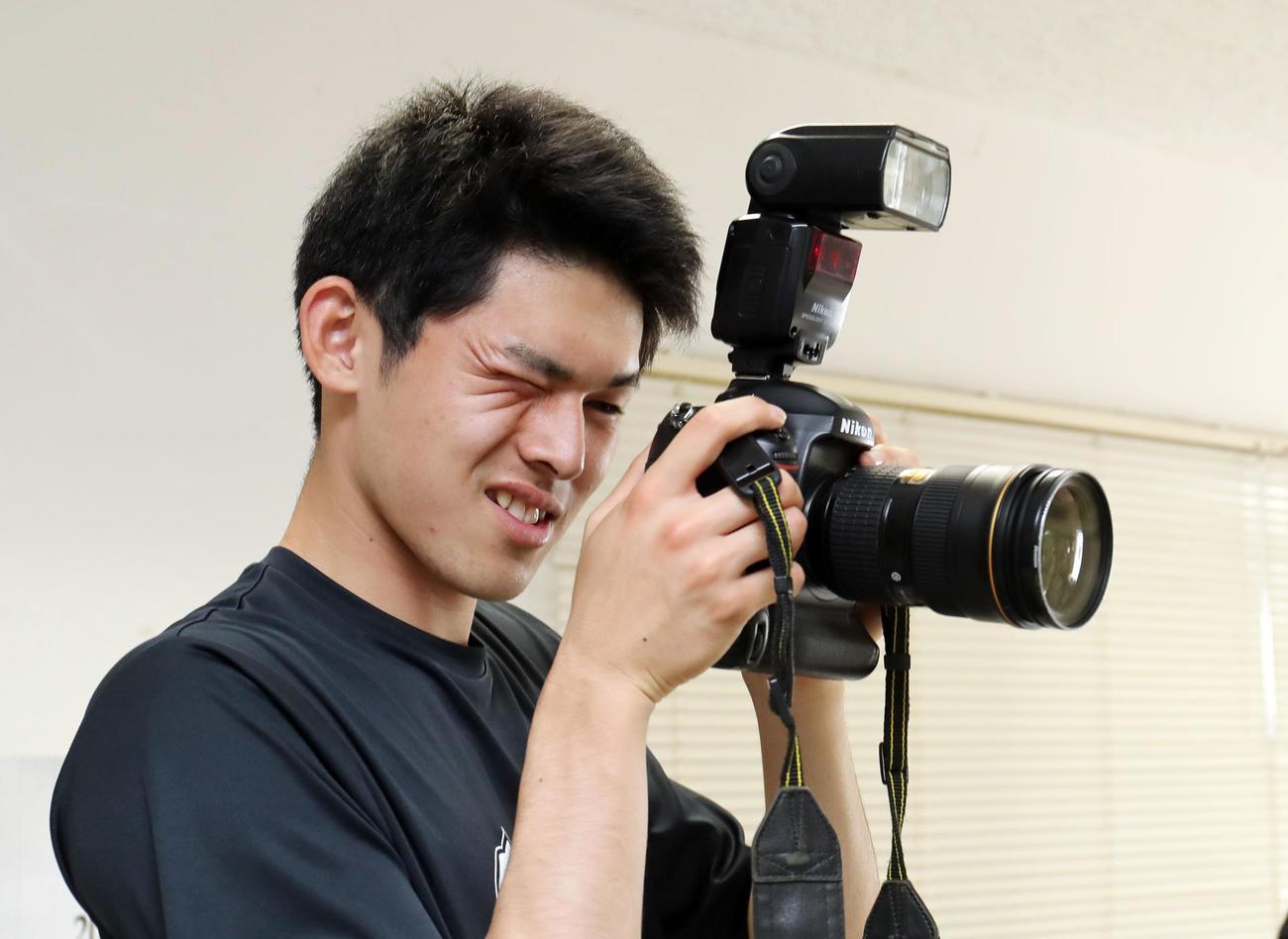 カメラを構えるロッテ佐々木朗