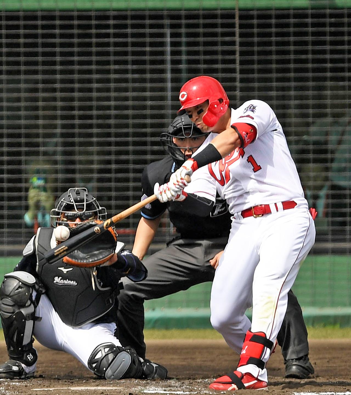 2回裏広島無死、中越え本塁打を放つ鈴木(撮影・横山健太)