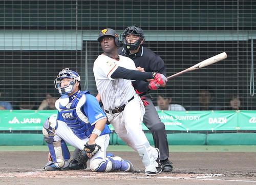巨人対サムスン 5回裏巨人1死二塁、右越え適時二塁打を放つモタ(撮影・河野匠)