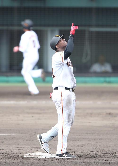 巨人対サムスン 5回裏巨人1死二塁、右越え適時二塁打を放ち天を指さすモタ(撮影・河野匠)