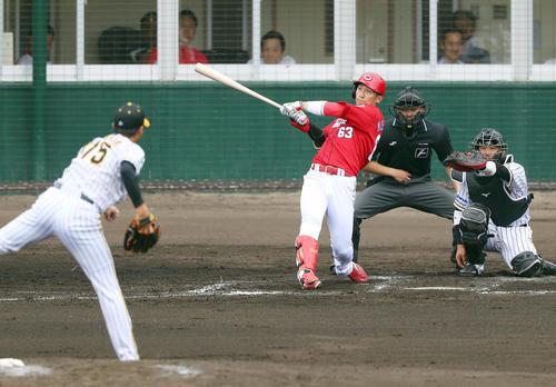阪神対広島 3回表広島1死、先制の右越え本塁打を放つ西川。投手横山(撮影・前田充)