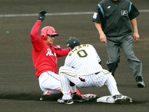 阪神対広島 1回表広島無死一塁、二塁盗塁に失敗する一走の田中広。右は遊撃木浪(撮影・前田充)