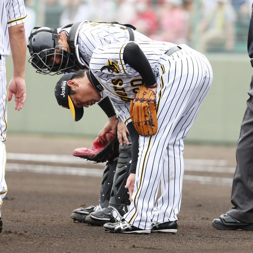 練習試合阪神対広島 4回表広島2死一塁、堂林の打球が足に直撃し降板となる中田(撮影・清水貴仁)