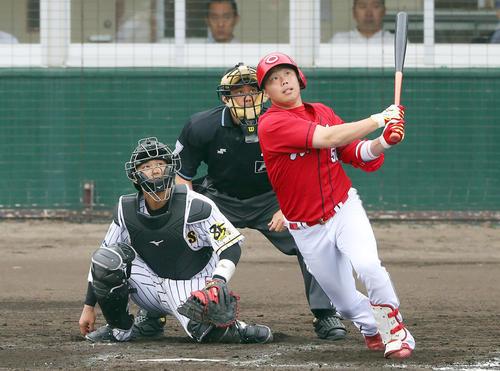 練習試合 阪神対広島 4回表広島1死一塁、左越え2点本塁打を放つ高橋大(撮影・前田充)