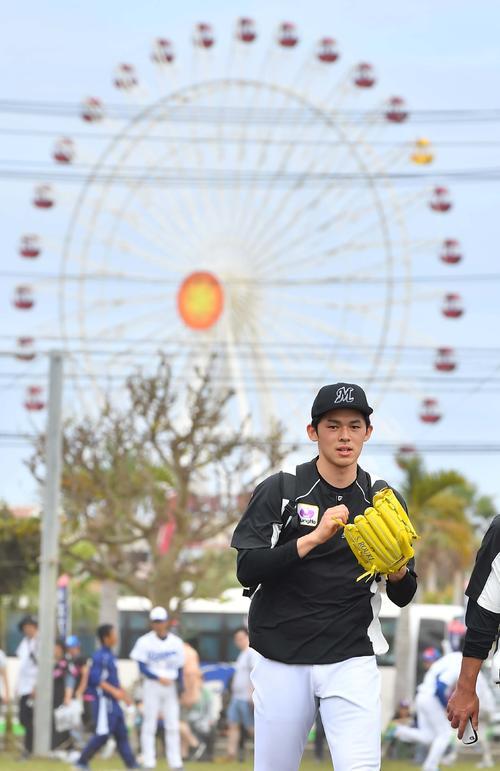 北谷公園野球場を訪れた佐々木朗希(撮影・上田博志)