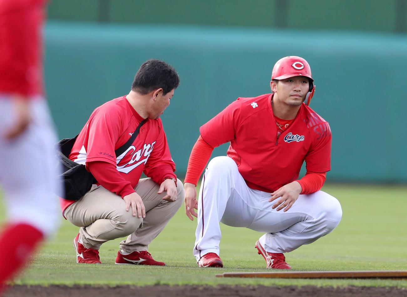 走塁練習を行っていた鈴木誠は遊撃付近にしゃがみ込んでトレーナーから声を掛けられる(撮影・加藤哉)