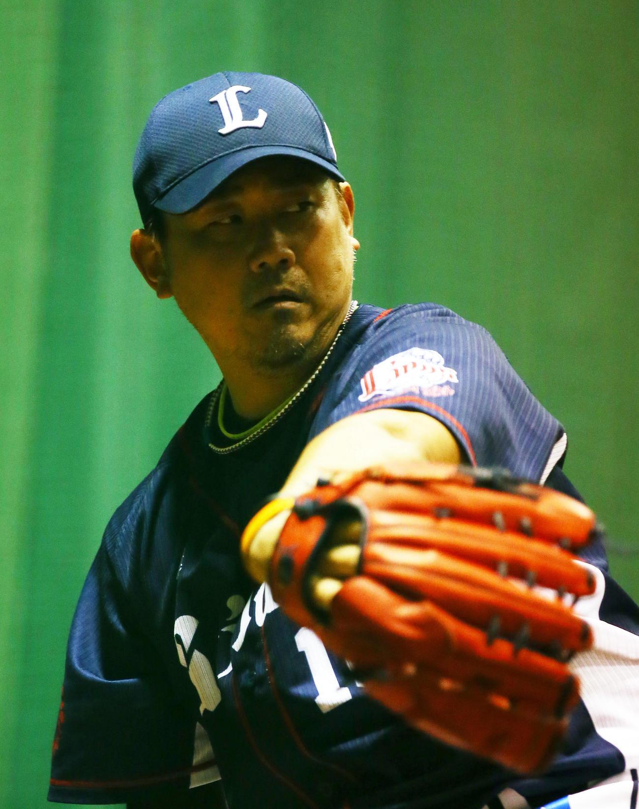 14日、ブルペン投球する西武松坂(撮影・足立雅史)