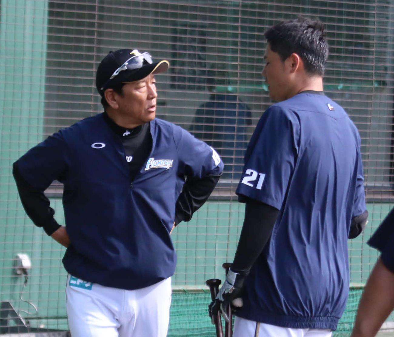 練習後に日本ハム清宮(右)と話しをする栗山監督(撮影・中島宙恵)