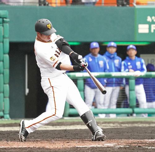巨人対DeNA 5回裏巨人無死、中島は左越えにソロ本塁打を放つ(撮影・加藤諒)
