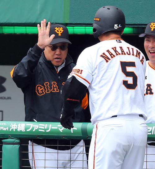 巨人対DeNA 5回裏巨人無死、中島(右)が本塁打を放ち笑顔で出迎える原監督(撮影・大野祥一)
