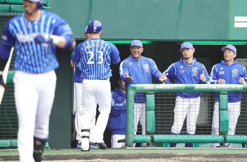 巨人対DeNA 1回表DeNA1死、先制のソロ本塁打を放ったオースティンを笑顔で迎えるラミレス監督(中央)(撮影・加藤諒)