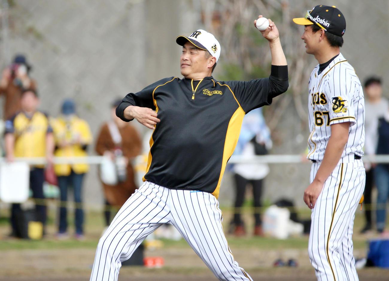 キャッチボールする山本昌臨時コーチ、右は岩崎(撮影・上山淳一)