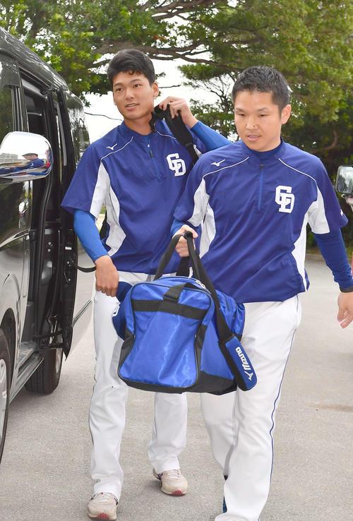 病院での検査後、球場へ入る中日石川昂弥(左)(撮影・上田博志)