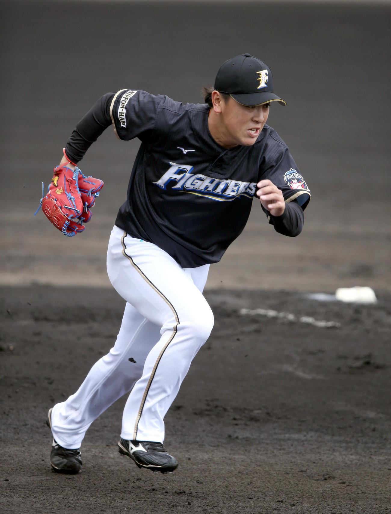 投内連携で一塁にベースカバーに入る日本ハム河野(撮影・佐藤翔太)