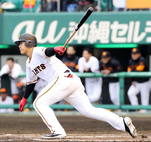 巨人対ロッテ 5回裏巨人2死一、三塁、左前適時打を放つ岡本(撮影・垰建太)