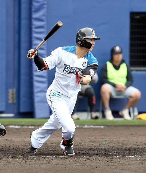 日本ハム対サムスン 5回裏日本ハム1死一塁、西川は適時三塁打を放つ(撮影・佐藤翔太)