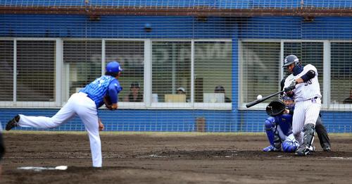 ヤクルト対DeNA 2回裏ヤクルト2死、左越え本塁打を放つ西田(撮影・大野祥一)
