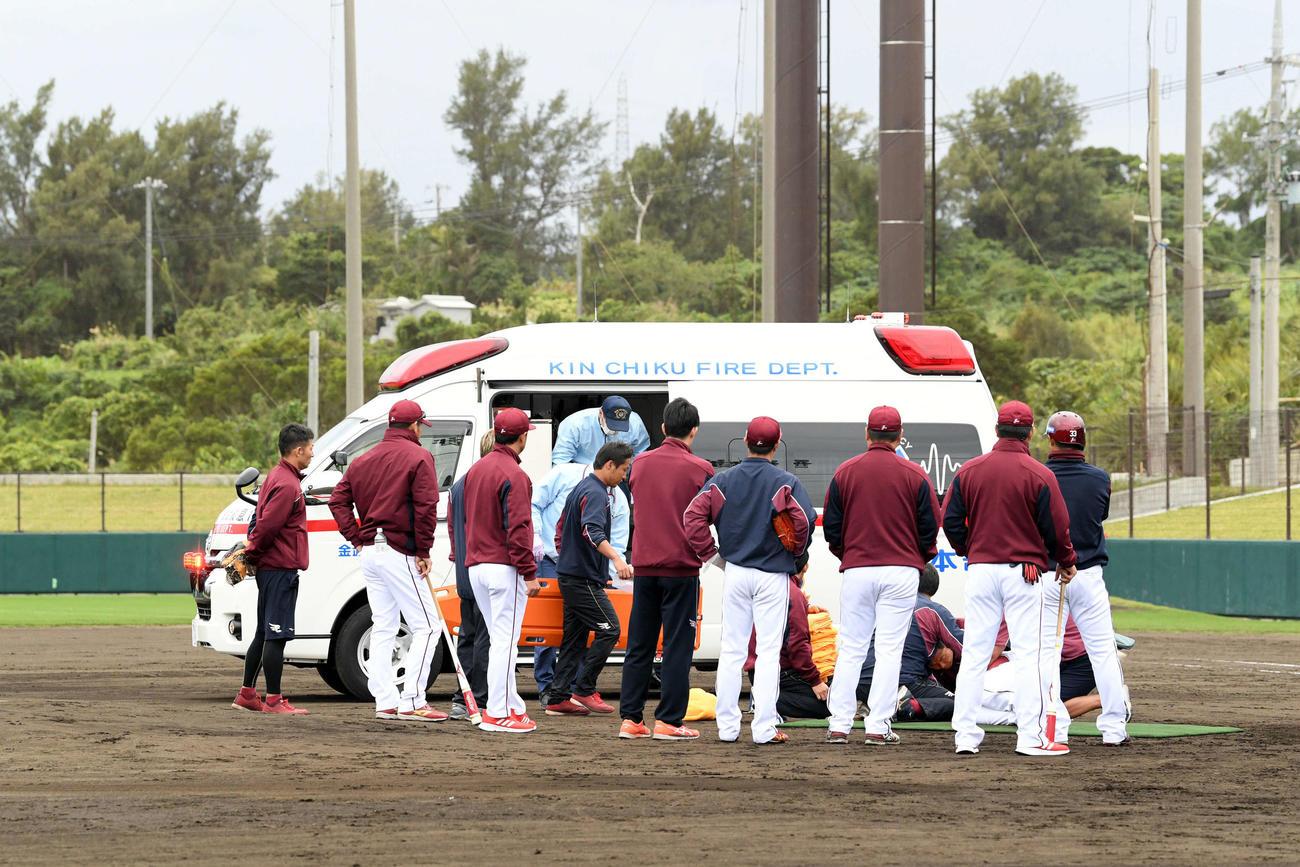 楽天キャンプでフリー打撃中に戸村打撃投手に打球が当たり救急車で搬送される(撮影・滝沢徹郎)