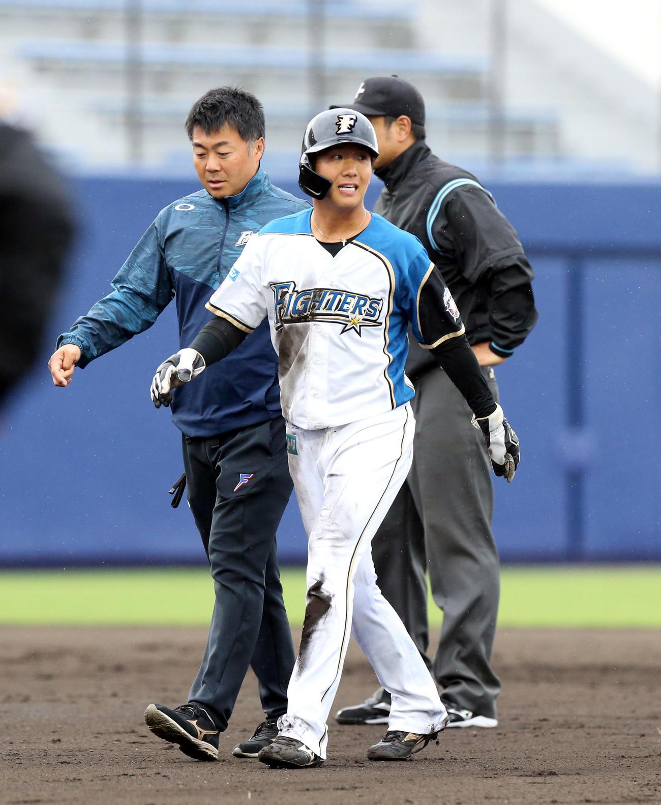 日本ハム対サムスン 8回裏日本ハム無死一塁、盗塁を決めるもベンチに戻る平沼(撮影・佐藤翔太)