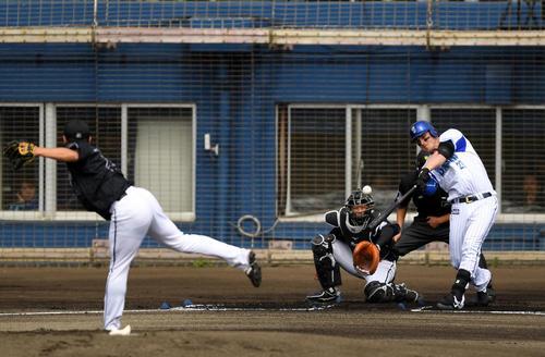 DeNA対ロッテ 1回裏DeNA無死一塁、中越え適時二塁打を放つオースティン(撮影・横山健太)