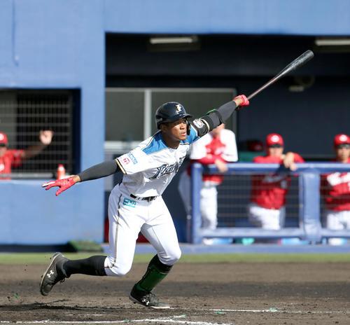 日本ハム対広島 7回裏日本ハム2死一、二塁、万波は2点適時二塁打を放つ(撮影・佐藤翔太)