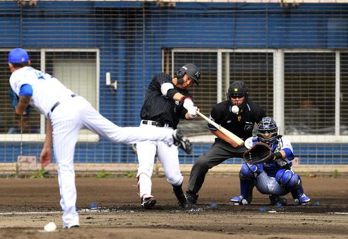 練習試合 DeNA対ロッテ 2回表ロッテ1死、中越え本塁打を放つ安田(撮影・横山健太)