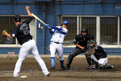 練習試合 DeNA対ロッテ 3回裏DeNA1死一、二塁、右前打を放つ森(撮影・横山健太)
