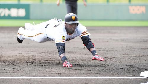 練習試合 巨人対中日 2回裏巨人1死、右中間へ適時三塁打を放ちヘッドスライディングをするモタ(撮影・森本幸一)