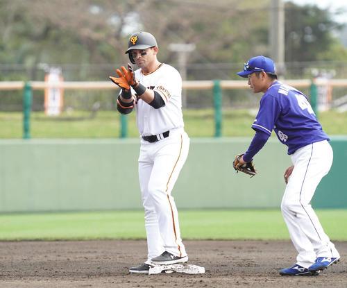 巨人対中日 2回裏巨人1死、パーラは二塁打を放ち、塁上でベンチに向かって「シャークポーズ」を見せる(撮影・加藤諒)