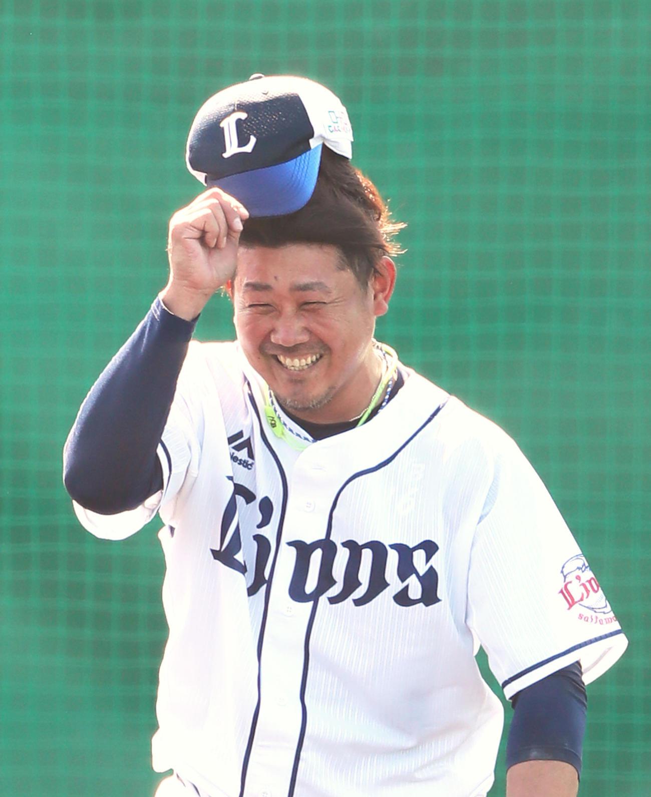 打撃投手を終えた西武松坂は帽子を取り笑顔でマウンドを降りる(撮影・足立雅史)