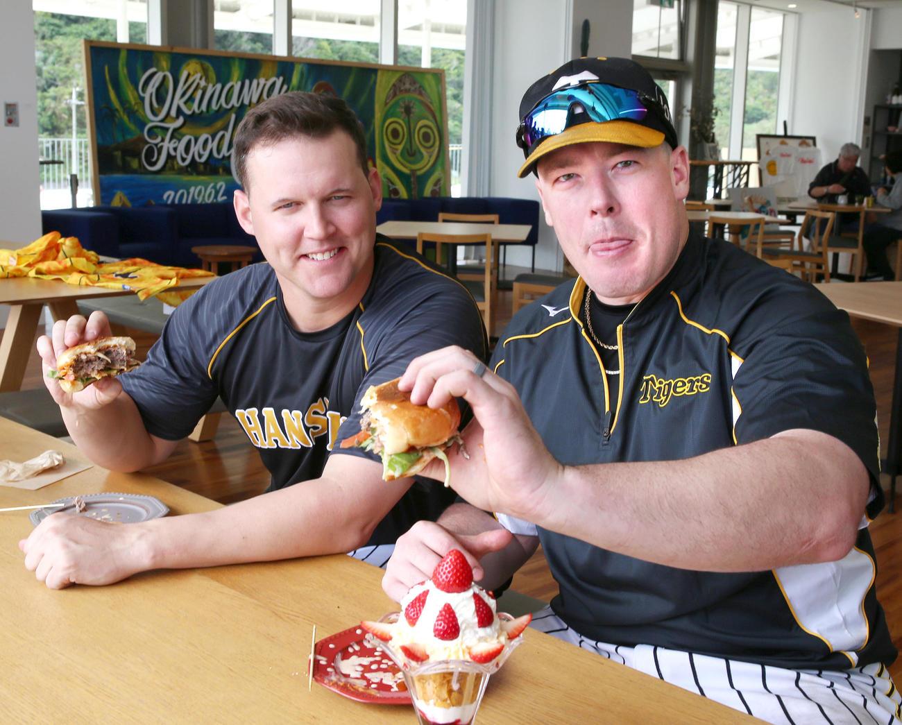道の駅「ぎのざ」でギノザチーズミーバーガーを食べるサンズ(左)とボーア(撮影・上山淳一)