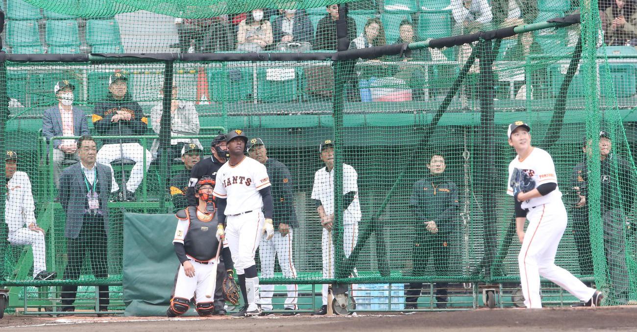 フリー打撃で巨人菅野から左中間に本塁打を放つモタ。最後列左から2人目は原監督(撮影・河野匠)