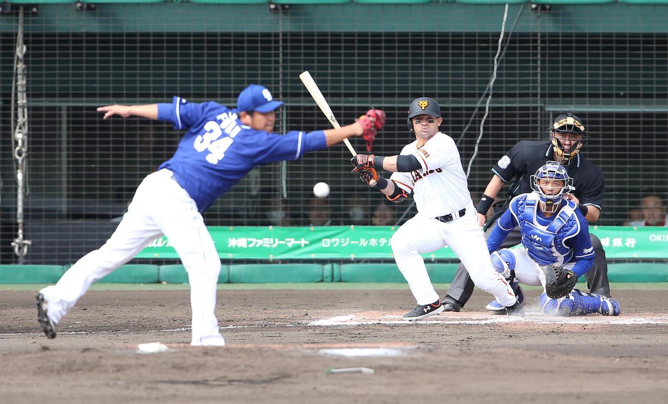 巨人対中日 6回裏巨人2死三塁、中前に適時打を放つパーラ。投手福(撮影・河野匠)