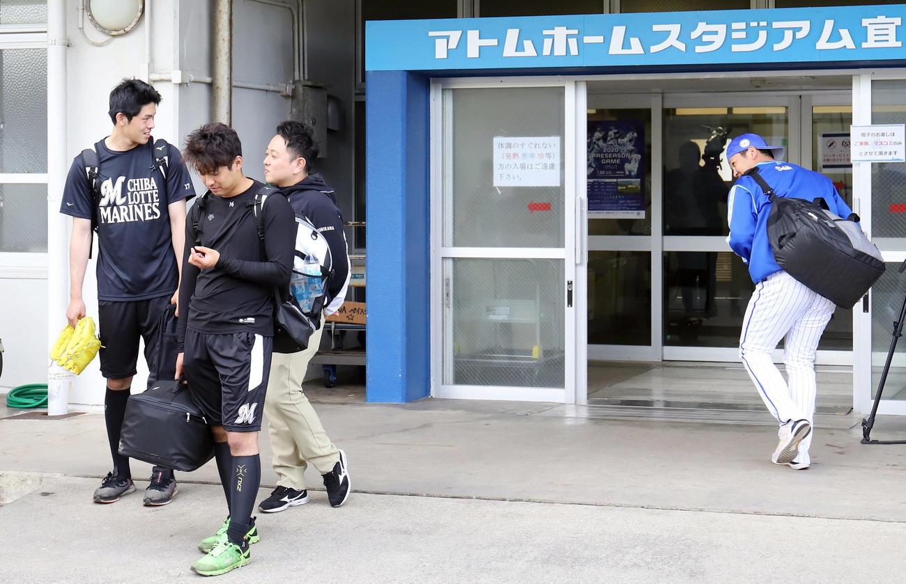 DeNA対ロッテ 帰りのタクシーを待つロッテ佐々木朗(左端)は球場に入るDeNA山崎と目を合わせ会釈する(撮影・垰建太)