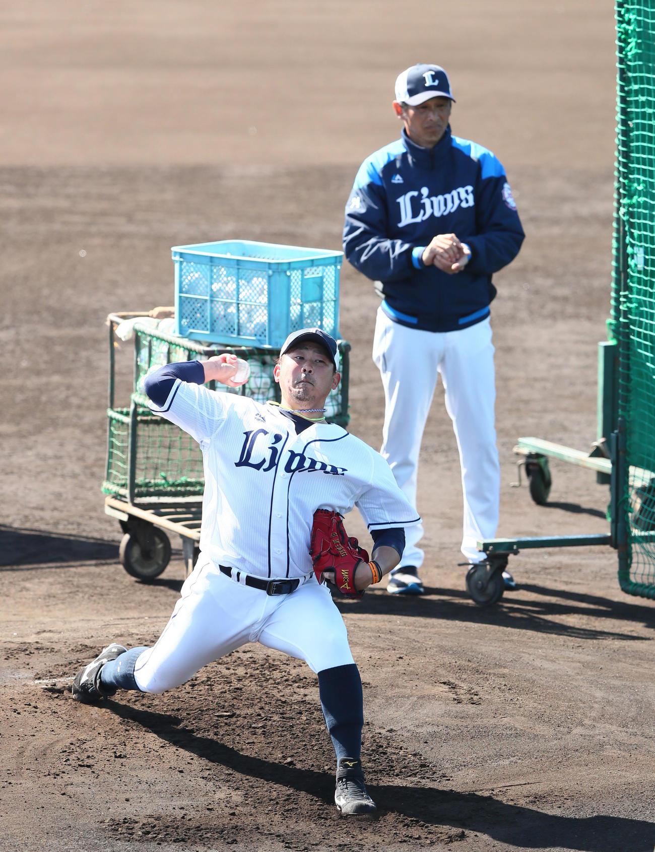 打撃投手を務めた西武松坂。後方は西口コーチ(撮影・足立雅史)
