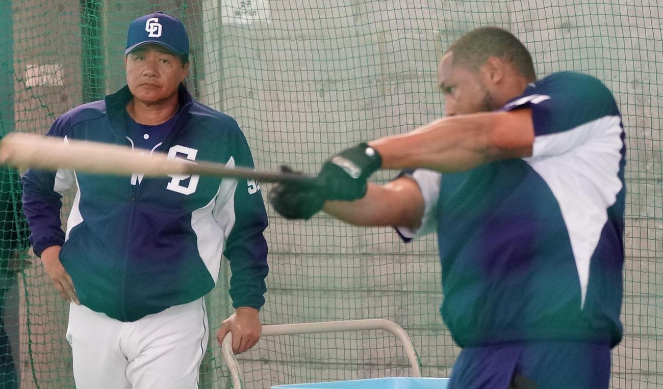 練習試合後、北谷に戻り打撃練習をするシエラを見つめる与田監督(左)(撮影・森本幸一)