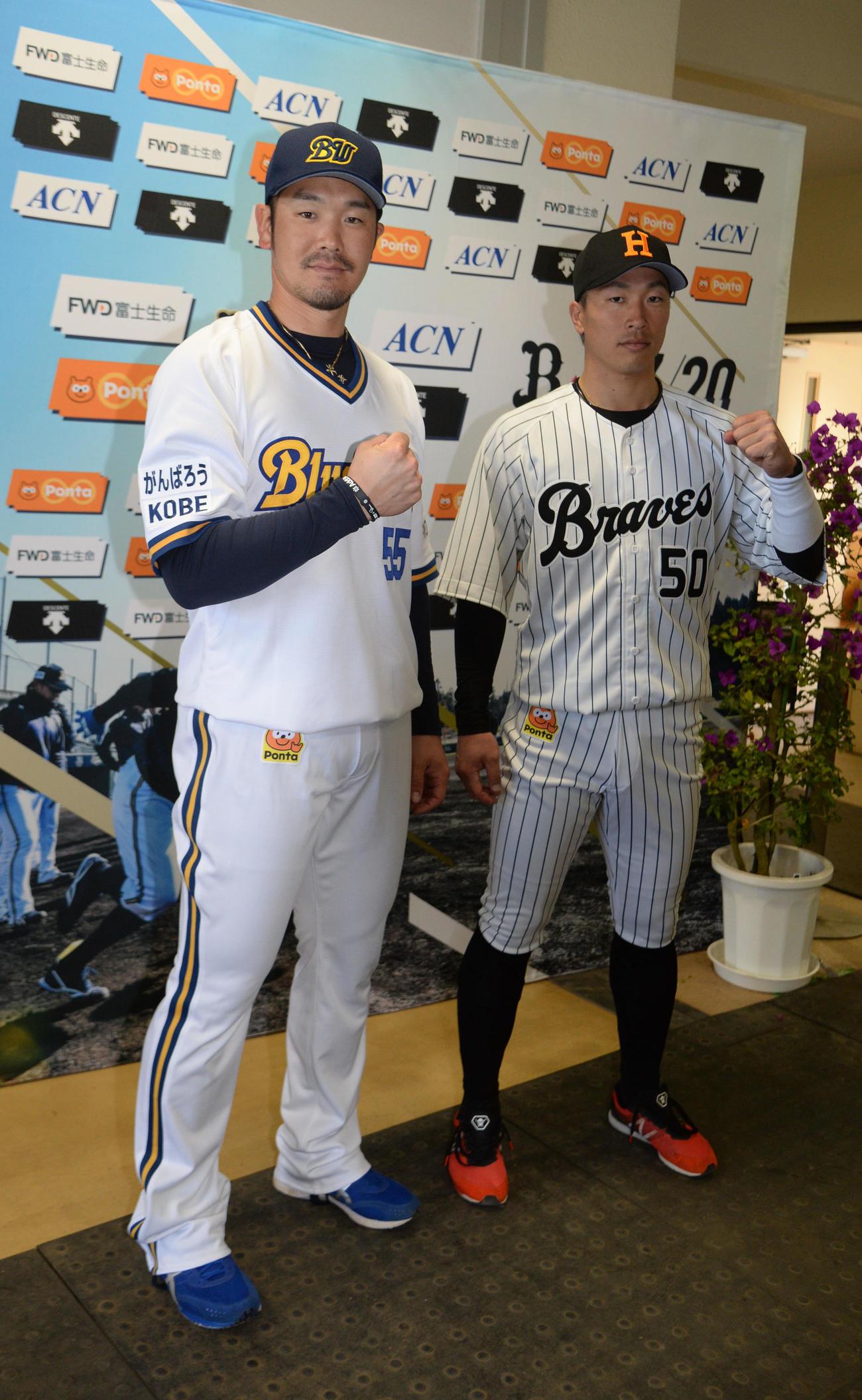 そろってポーズを決める、がんばろうKOBE25thユニホームを着用したT-岡田(左)と西本幸雄メモリアルユニホームを着用した安達(撮影・渦原淳)