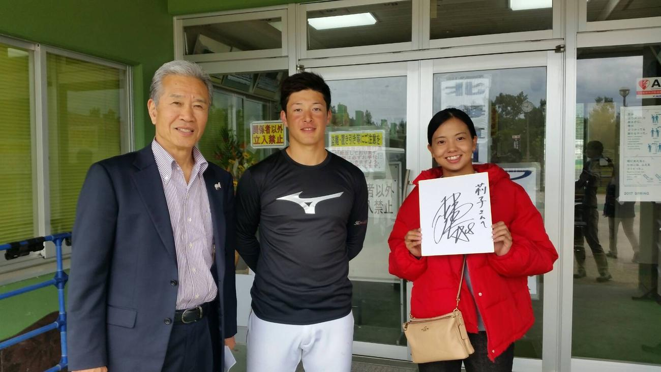 沖縄・国頭郡で行われている日本ハムの2軍キャンプに、吉田輝(中央)を激励に訪れた山田氏(左)。右は女子プロゴルファーの沓沢莉子(撮影・寺尾博和)