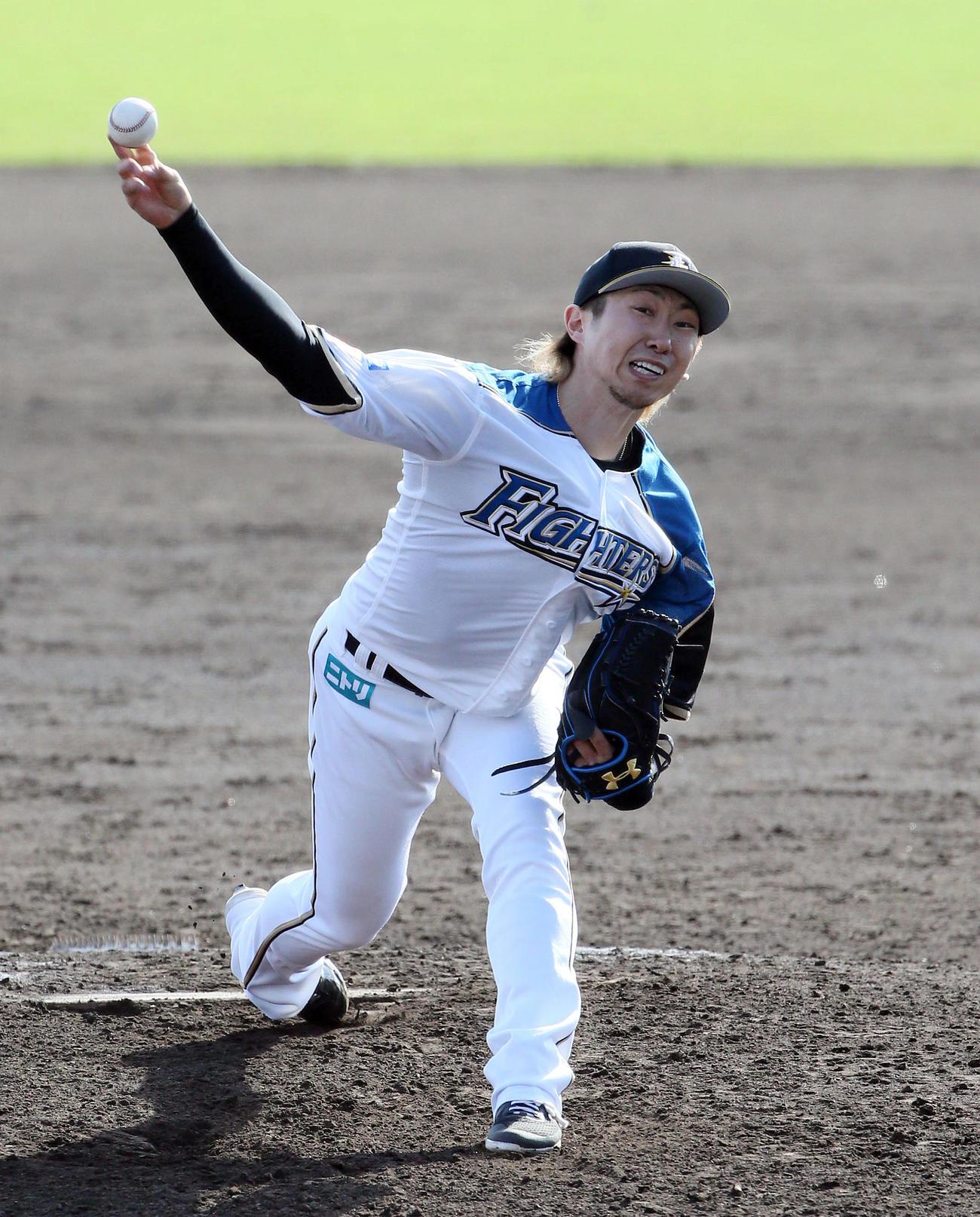 日本ハム対広島 練習試合 7回から登板する金子(撮影・栗木一考)