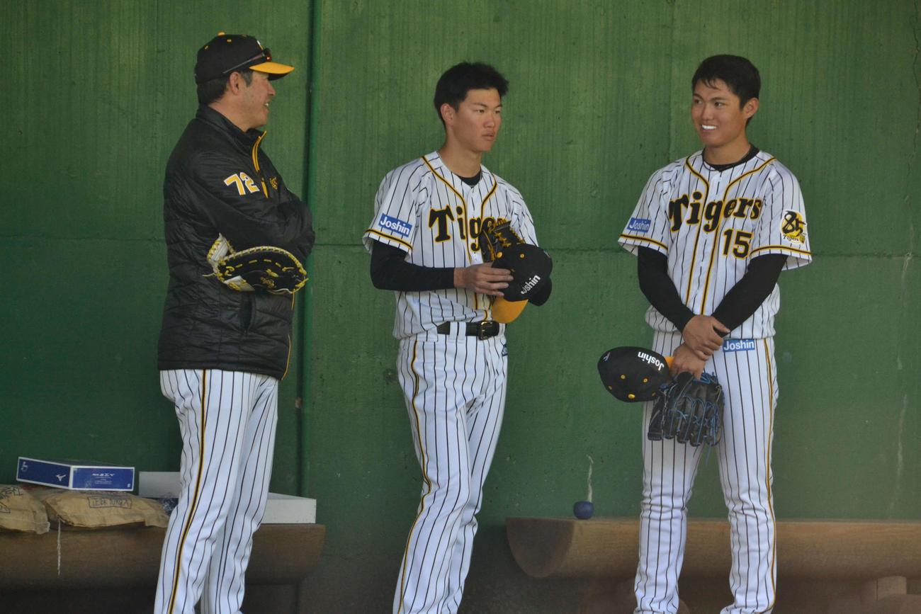 ブルペンで変化球を試した阪神ドラフト1位の西(右端)と同3位及川(中央)