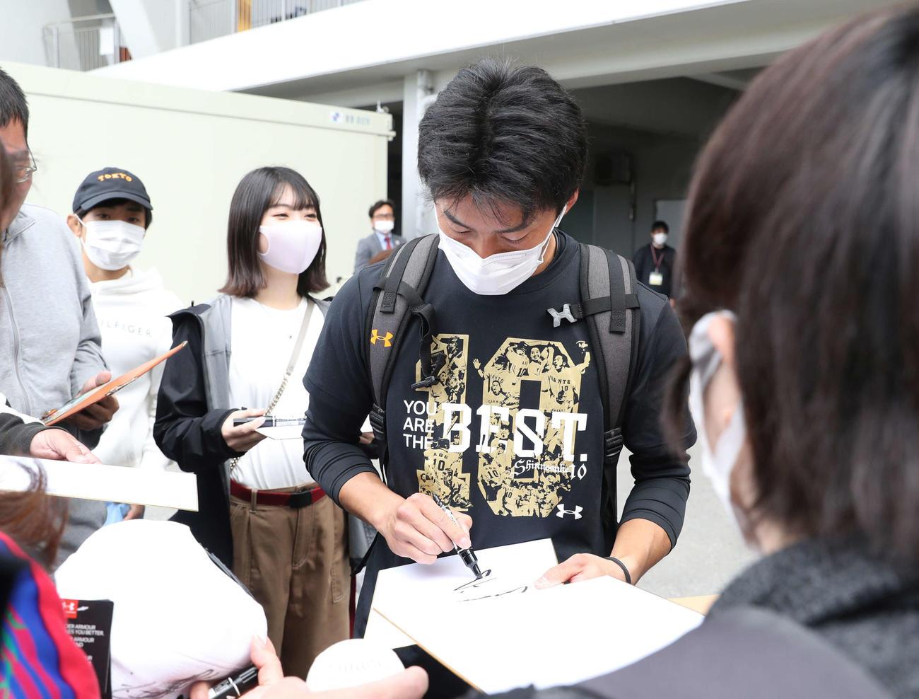 休日返上で体を動かした巨人増田大(右)はマスク姿でファンのサインに応じる(撮影・河野匠)