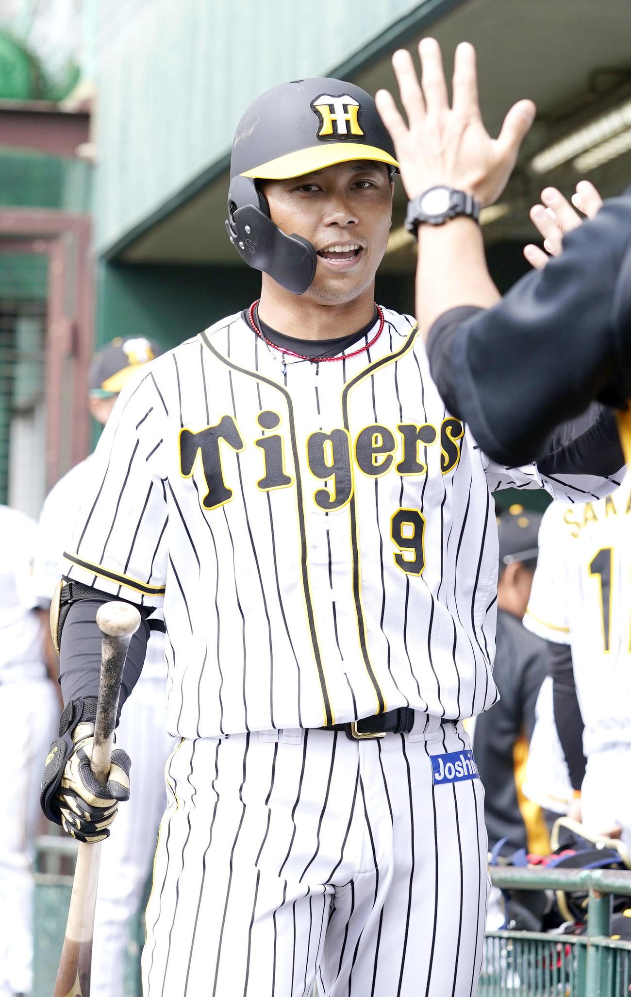 練習試合・阪神対楽天 4回裏阪神無死、高山(左)は右越え本塁打を放ちベンチの出迎えを受ける(撮影・上山淳一)