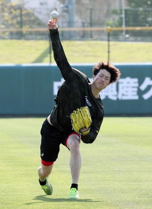 キャッチボールする広島森下(撮影・栗木一考